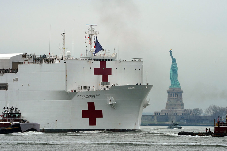 Un navire-hôpital de 1.000 lits est arrivé à New York, épicentre de l'épidémie.