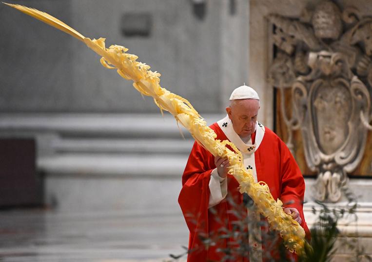 Virus: le pape célèbre la messe des Rameaux sans fidèles
