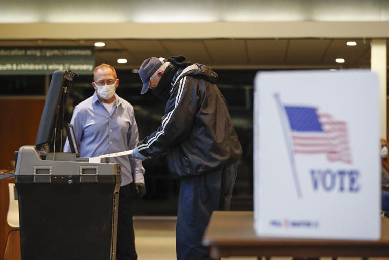 Souvent masqués, à distance, les électeurs du Wisconsin votent en pleine pandémie
