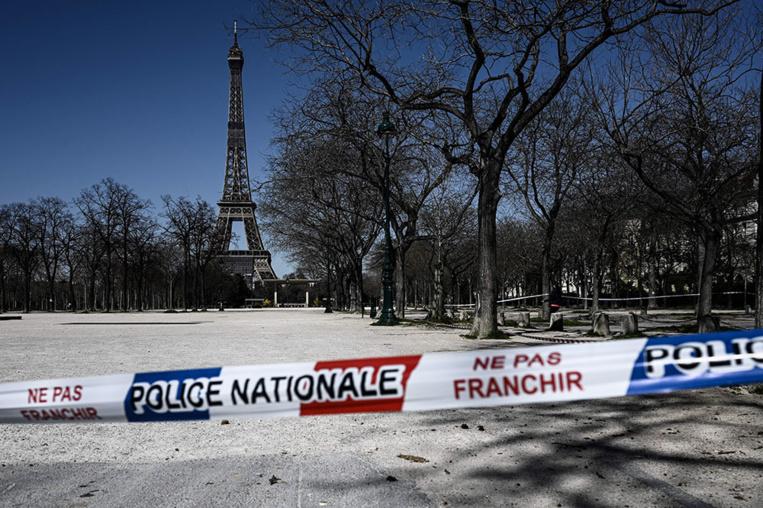 Plus de 10.000 morts en France, le confinement encore resserré
