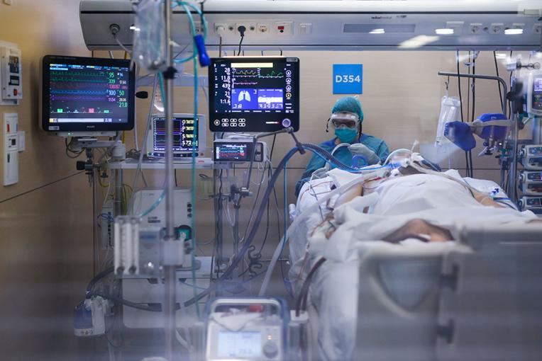 Coronavirus en France: plus de 12.000 morts, première baisse en réanimation
