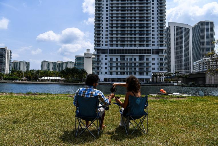 Pandémie oblige, un couple de globe-trotteurs bloqué sur un parking de Floride