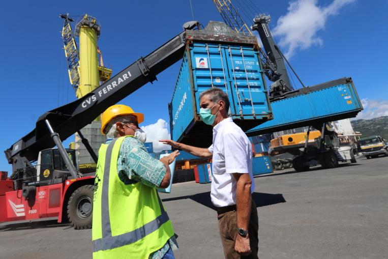 L'activité est toujours soutenue à la zone sous-douane du port de Papeete, où des centaines de conteneurs sont encore déchargés.