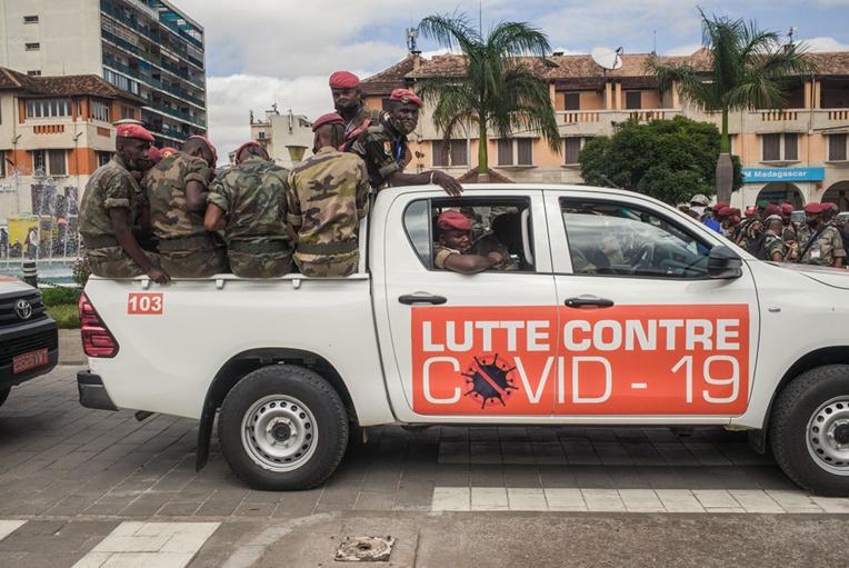 A Madagascar, l'armée livre à domicile une potion gratuite censée protéger du Covid