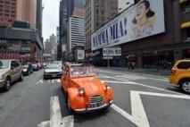 """USA: un rallye de 2CV sillonne les rues de New York pour """"Bastille Day"""""""