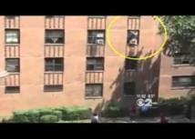 USA: un chauffeur de bus rattrape une petite fille tombée d'un 2e étage