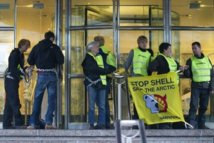 Protestation contre un projet de forage dans l'Arctique: Greenpeace au siège de Shell France