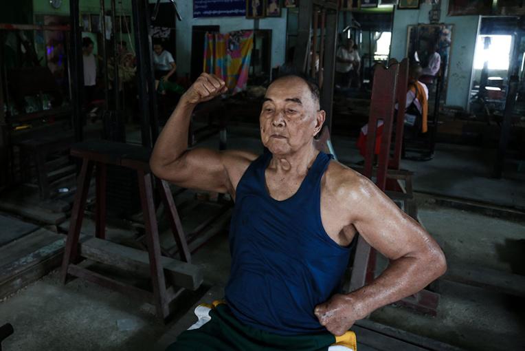 Bodybuilder birman, toujours fondu de fonte à 91 ans