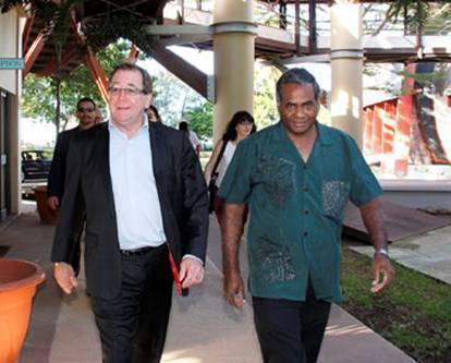 Murray Mc Cully, Ministre des affaires étrangères de la Nouvelle-Zélande (à gauche) et Jimmie Rodgers, Directeur général de la CPS, au siège de l'Organisation, à Nouméa.