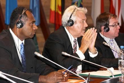 Jacques Wadrawane, Secrétaire général adjoint au Haut-Commissariat (à gauche), Harold Martin, Président du Gouvernement de la Nouvelle-Calédonie, et Murray Mc Cully, Ministre des affaires étrangères de la Nouvelle-Zélande (à droite), lors d'une réunion tenue au siège de la CPS, à Nouméa.
