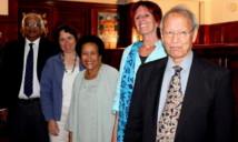 Prestation de serment des cinq membres de la commission Constitutionnelle, mercredi 25 juillet 2012, à Suva. (Source photo : ministère fidjien de l'information)