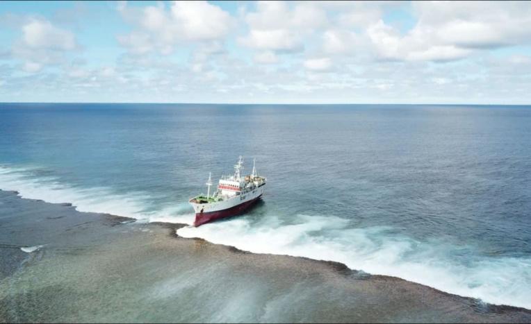 Une fois sur place les équipes pourront commencer le transbordement de la cargaison du navire qui comprend notamment 250 tonnes de carburants et 75 tonnes de poissons.