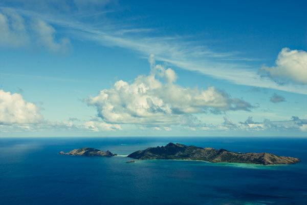 L'îlot de Agakuitai (ici sur la gauche) est situé au sud de Taravai et a quelques heures de mer de Rikitea, aux Gambiers.