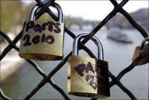 """Les """"cadenas d'amour"""" à l'assaut de tous les ponts de Paris"""
