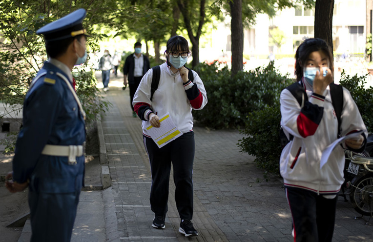 Virus: des collégiens chinois pistés par un bracelet électronique