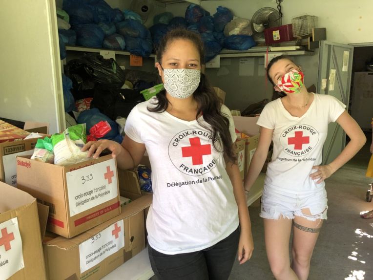 Tous les matins, depuis près de deux mois, les équipes de la Croix-Rouge constituent des colis alimentaires pour les familles en grande difficulté.