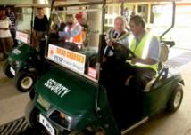 Promenade en voiture électrique pour l'ambassadeur de France à Suva.