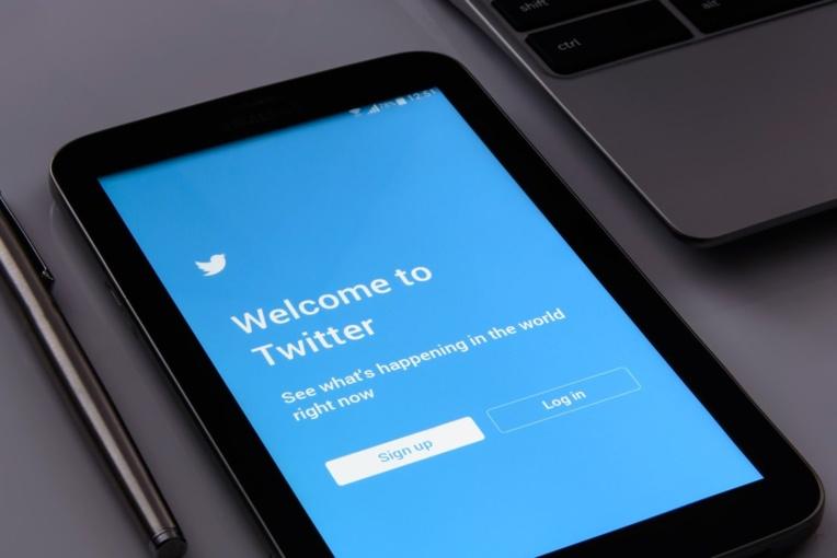 """Twitter assigné en justice en France pour """"inaction face à la haine en ligne"""""""