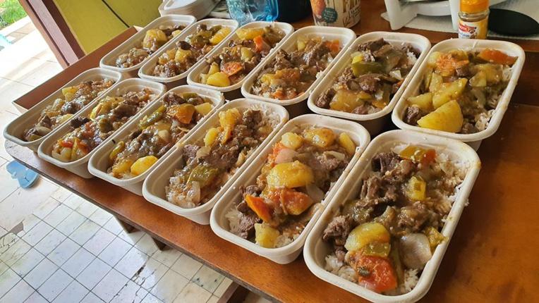 Les bénévoles ont cuisiné des repas divers et variés : poissons crus, kai fan, bœuf au curry…