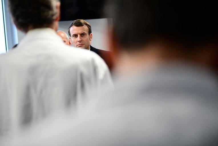 """Vivement interpellé, Macron promet d'être """"au rendez-vous"""" sur l'hôpital"""