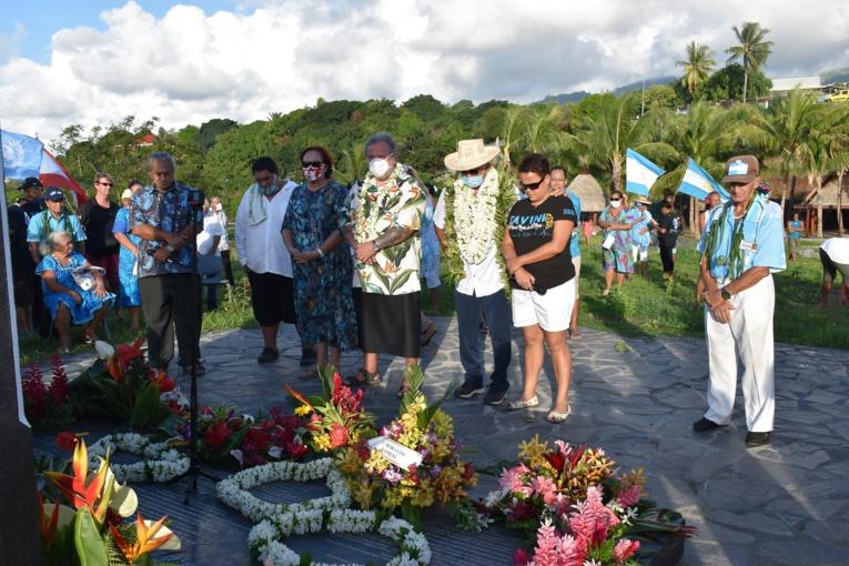 Des gerbes ont été déposées par Oscar Temaru et les cadres du Tāvini Huiraatira, sur la stèle commémorative érigée en 2014 pour marquer la réinscription de la Polynésie française sur la liste des territoires non autonomes de l'ONU.