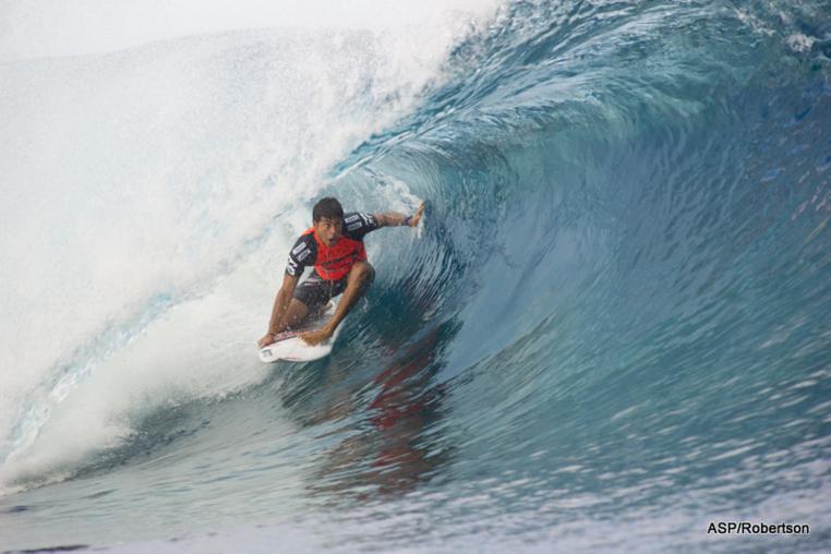 Jeremy Flores remporte sa série au round 2 de la Billabong Pro Tahiti. Le surfeur réunionnais a surfé un superbe tube lui permettant de l'emporter sur le hawaiien Dusty Payne et accéder au round 3. (photo ASP/Robertson)