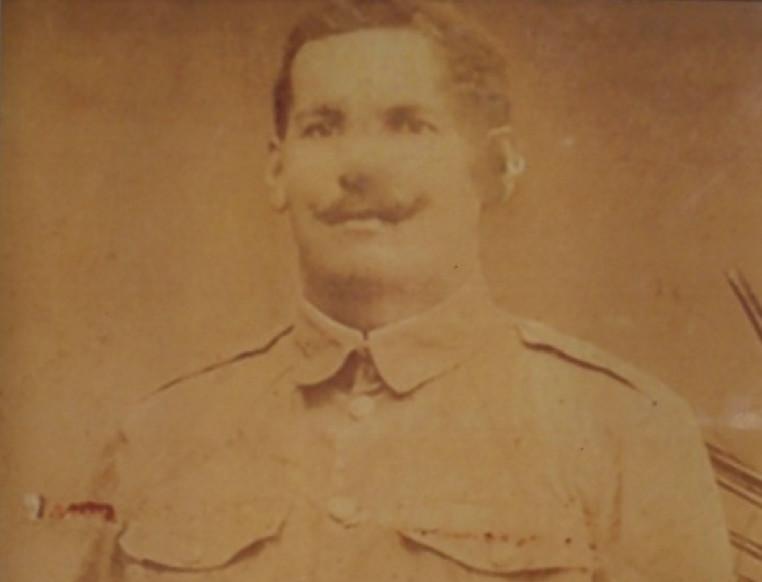 Tehuitua a Huioutu, né le 19 mars 1874 à Teahupoo, de la classe 1894 s'engage à la mairie de Papeete le 4 mars 1916. Il est versé dans le 54e Colonial de la 17e division d'infanterie coloniale puis à compter du 14 mai 1917 jusqu'au 15 février 1918 au 15e COA. Dans chaque corps d'Armée, une par Région militaire, en l'occurrence Marseille pour le 15e, il existait un détachement de Commis, ouvriers d'administration (COA). Le commis était attaché aux tâches bureaucratiques et l'ouvrier spécialisé à l'intendance.
