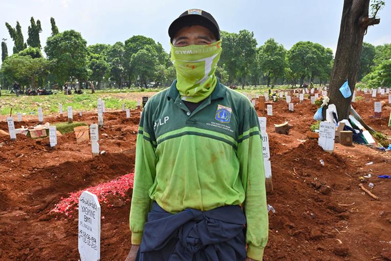Course contre le virus la peur au ventre dans un cimetière de Jakarta