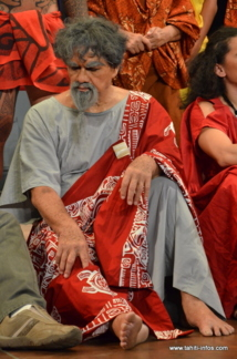 John Mairai joue le rôle du prêtre Manemane, père de Taurua