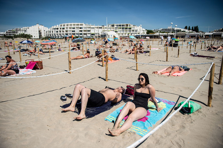 """A la Grande-Motte, le """"bonheur"""" de s'allonger au soleil sur une plage """"statique"""""""