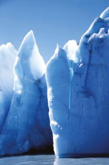 Jeu de bleus dans la glace. Plus elle est ancienne, plus les nuances sont foncées.