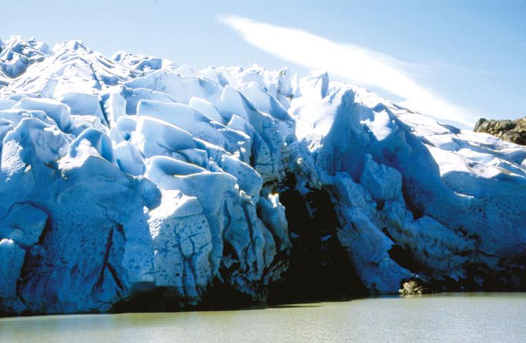 Le glacier est colossal, mais vulnérable ; chaque année, il recule, victime du réchauffement climatique.