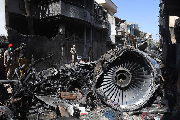 """Pakistan: 97 morts dans la catastrophe aérienne, un survivant raconte """"les cris partout"""""""