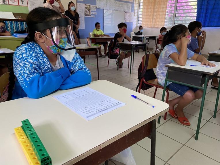 Les élèves qui viennent en petits groupes en cours portent le masque et troquent volontiers leurs trousses pour des bouteilles de gel hydro-alcoolique.