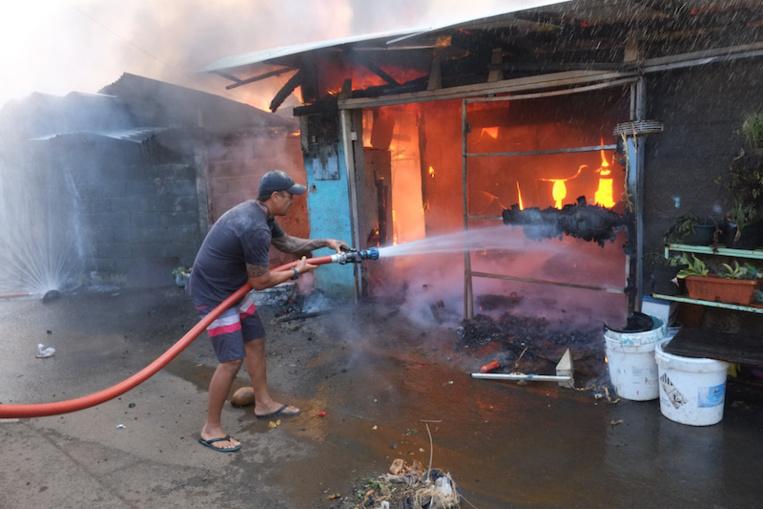 Les clichés de l'impressionnant incendie du quartier Apahere