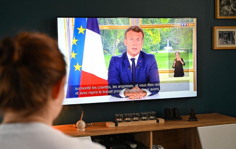 Macron, louant sa gestion de la crise, accélère le déconfinement
