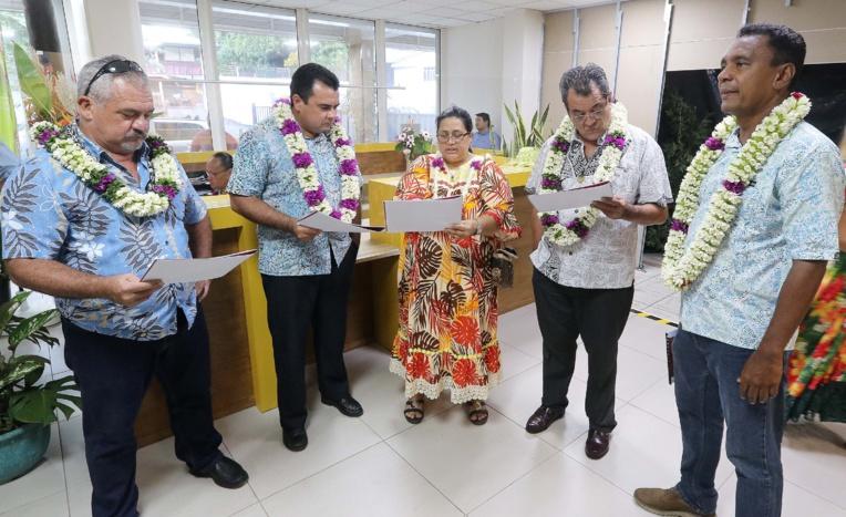 De gauche à droite, le ministre de la Culture, Heremoana Maamaatuaiahutapu, le vice-président, Teva Rohfritsch, la directrice des Affaires foncières, Loyana Legall, le président Edouard Fritch et le ministre de l'Economie verte et du Domaine, Tearii Alpha, Crédit : Présidence de la Polynésie.