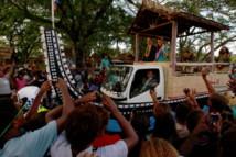Une foule en liesse pour souhaiter la bienvenue au couple princier, dimanche, à Honiara.