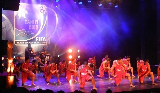 Les Tiki Toa en pleine démonstration de haka le mardi 18 septembre pour le lancement à 365 jours de la coupe du monde de beach soccer à Tahiti.