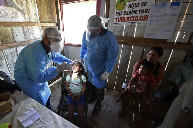 """Covid-19: loin de reculer, la pandémie """"s'accélère"""""""