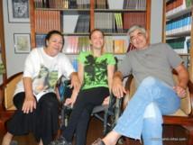 Nathalie entourée de sa mère et de son éditeur.