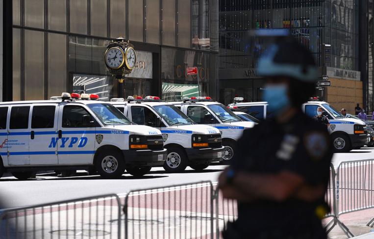 Un policier new-yorkais inculpé pour une prise d'étranglement, désormais illégale
