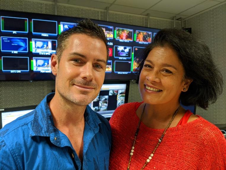 La directrice de TNTV,  Mateata Maamaatuaiahutapu, aux côtés de MickaëlCharlet,directeuradministratif etfinancierdeTNTV.