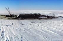 """La première plateforme pétrolière de l'océan Arctique, """"Northstar"""" de l'entreprise BP, au large de l'Alaska et du Canada, mise en service en 2002."""