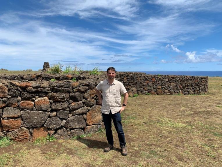 Voici une photo montrant les jardins clos de Rapa Nui (île de Pâques), dans lesquels les Rapanui cultivaient leurs patates douces (et d'autres cultures). La patate douce a été introduite en Polynésie depuis les Amériques. Le mot polynésien pour la patate douce (kumara) est lié au mot amérindien utilisé sur la côte de l'Équateur. Nous avons constaté que la source génétique de l'ascendance amérindienne en Polynésie était la région Colombie / Équateur.