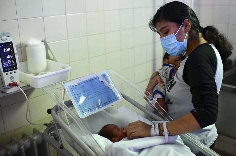 En Argentine, un masque chirurgical entre les mères et leurs nouveau-nés