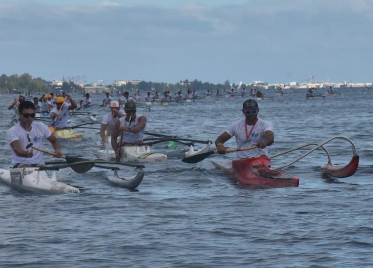 Steeve Teihotaata, sur son va'a rouge, enchaine ainsi sa deuxième victoire après son succès au Te 'Aito Manihi.