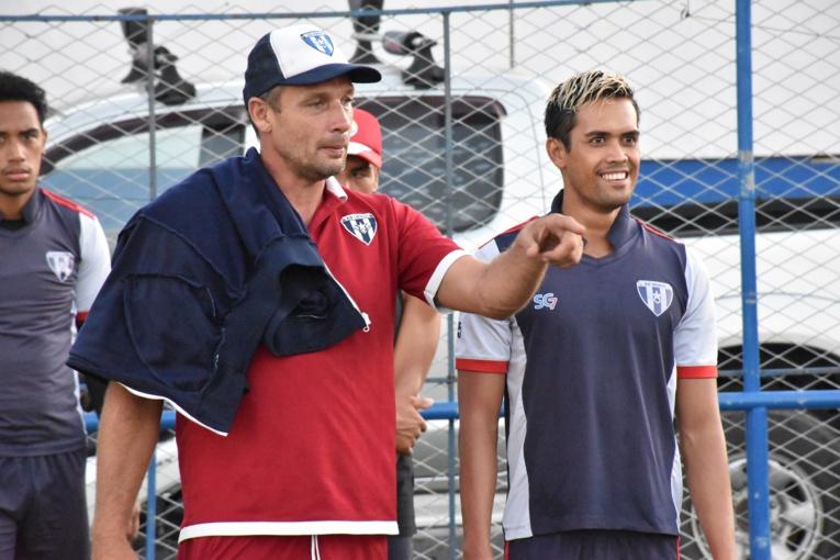 Teaonui Tehau, aux côtés de Samuel Garcia, son entraineur à l'AS Vénus et en sélection.