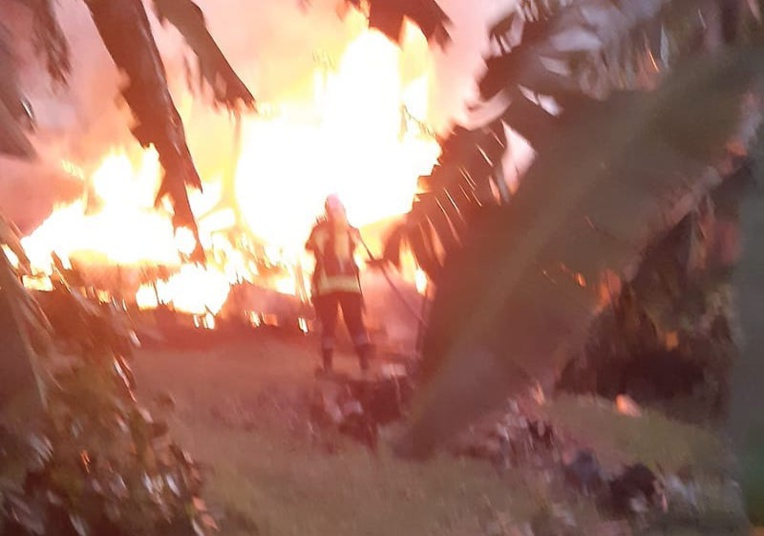 Une maison part en fumée à Papara
