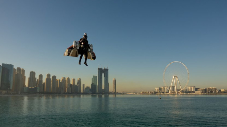"""Jetman vole à Dubaï avec une aile baptisée """"Manu Ura"""""""